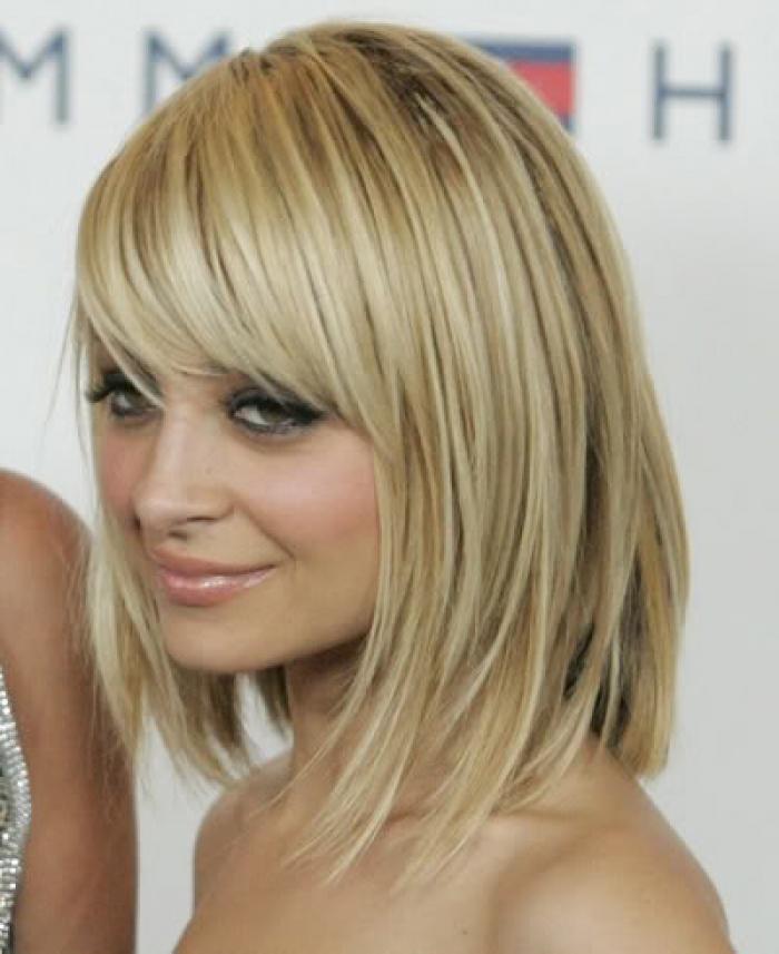 Прическа на светлые волосы средней длины с челкой