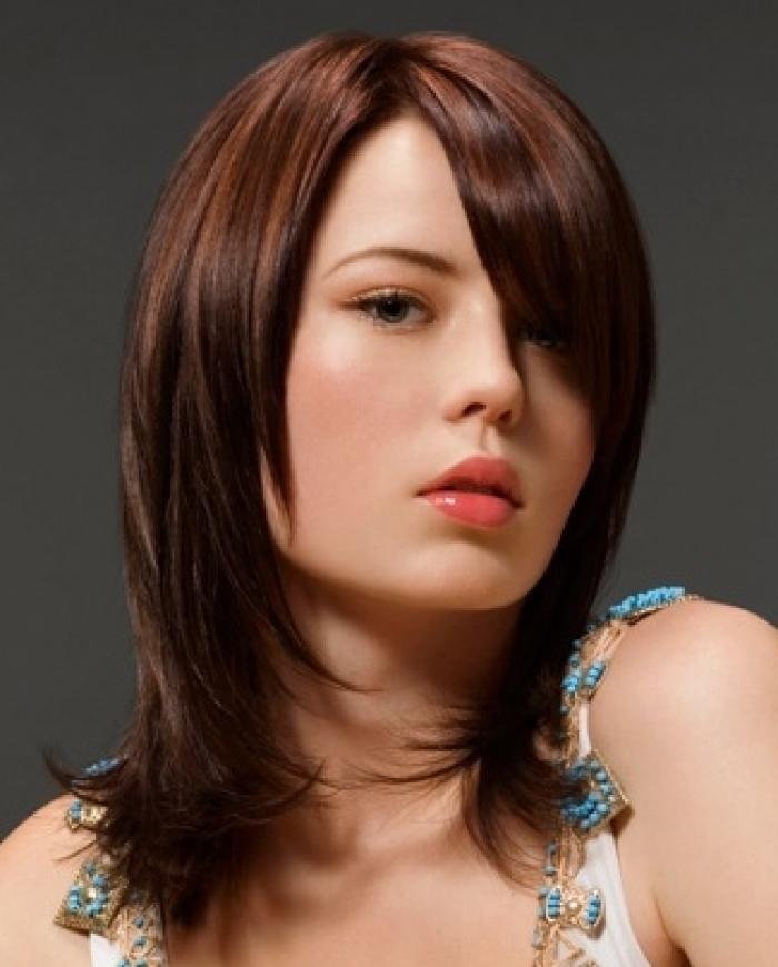 Фото стрижек на волосы средней длины с прямой челкой