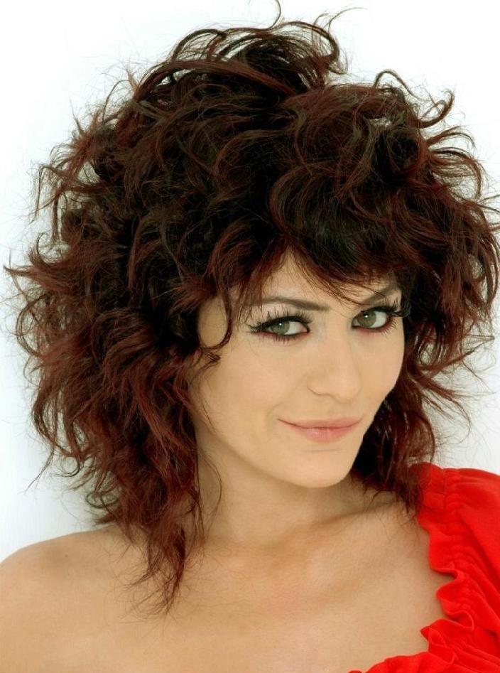 Женские прически на вьющиеся волосы средней длины