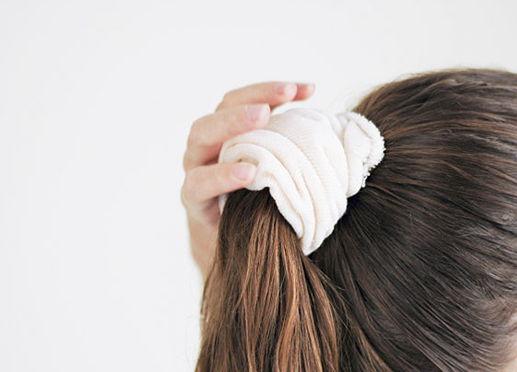 волосы соберите в высокий тугой хвост и проденьте в носок