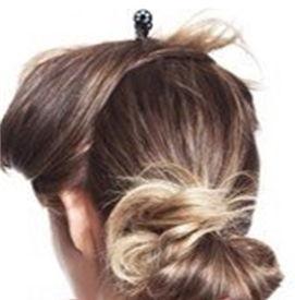 Отделите верхнюю часть волос и заколите