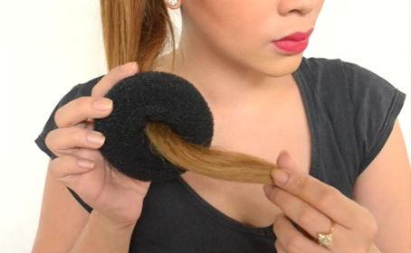 Проденьте кончики волос через бублик