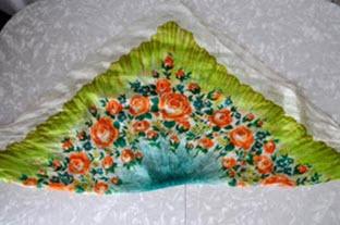 Сложенный треугольником платок