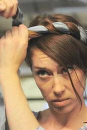 Пряди волос, перекрещенные в области лба