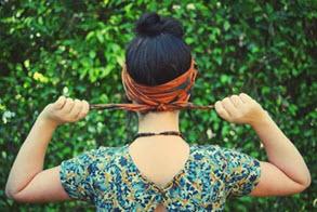 Завязанный за головой платок