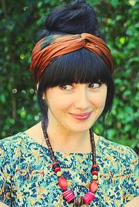 Красивая прическа с платком на голове