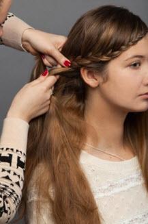 Плетение косы в области уха