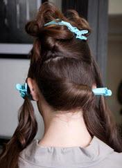 Волосы разделяются на четыре равные секции - по две спереди и сзади