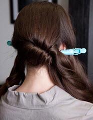 Нижняя часть волос скручивается в правую сторону, а верхняя - внутрь