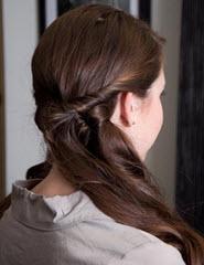 Левая передняя часть волос скручивается и фиксируется невидимками