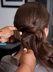 Волосы разделяются на небольшие прядки и укладываются буклями в виде восьмерки
