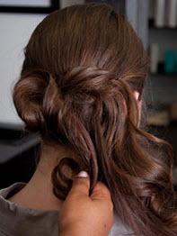 В результате должен получиться красивый пучок, часть волос можно оставить свободной
