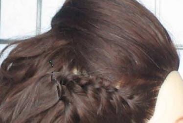Дойдя до уха, кончик косы закрепляется невидимками