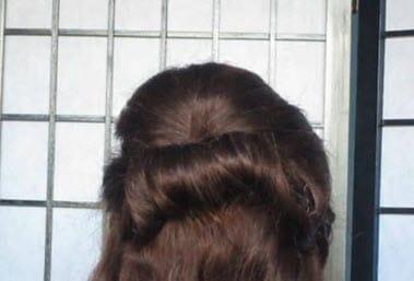 На затылке волосы разделяются на 2 части, верхняя скручивается в ролл и фиксируется невидимками