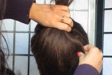 Слева оставляется прядка для косы, свободные волосы расчесываются и приподнимаются кверху