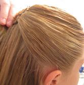 Правая часть волос зачесывается назад