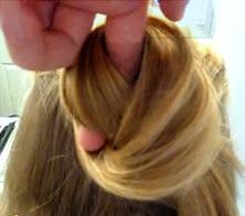 Закрепленные волосы закручиваются в плоский пучок в области затылка