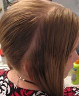 Из общей массы волос выделяется прядь спереди
