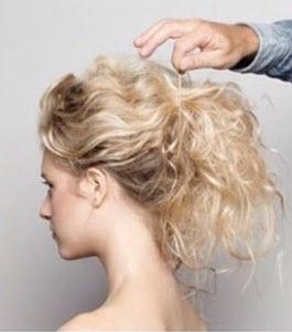 Волосы собираются в высокий конский хвост