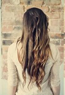 Руками на волосы наносится немного жидкого шелка