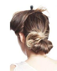 Из нижней части волос делается тугой низкий хвостик, который разделяется на прядки