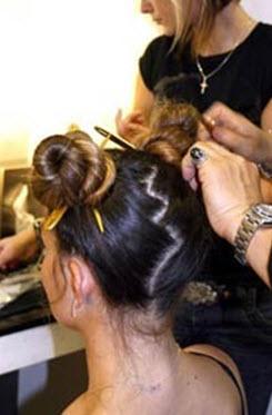 Гульки фиксируются шпильками и в волосы вставляются декоративные палочки