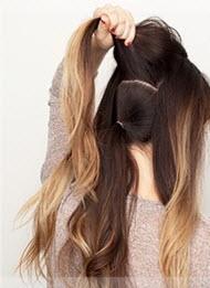 Волосы разделяются на секции и фиксируются резинками