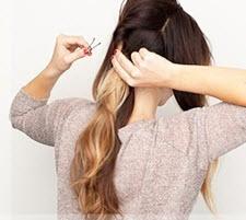 Боковая часть волос справа скручивается в объемный жгут и закрепляется невидимкой