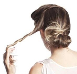 Сбоку отделяется небольшая прядка волос и скручивается в жгут