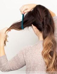 Боковая часть волос слева скручивается в объемный жгут и закрепляется невидимкой
