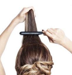 Все волосы в области челки начесываются, чтобы создать дополнительный объем