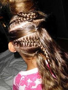 Французская коса плетется из остальных прядей волос