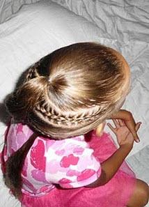Часть волос с теменной зоны завязывается в хвост, разделяется на 2-3 пряди, из которых скручиваются жгуты