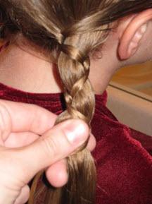 Волосы заплетаются в косички