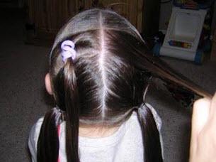 Волосы на затылке распределяются на четыре конских хвостика - два верхних и два нижних