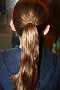 Волосы собираются в конский хвост