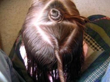 Каждая секция волос скручивается и обматывается вокруг в красивый рожок