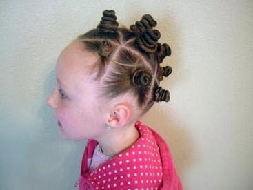 Из каждой секции волос создаются гульки и затем фиксируются резинками