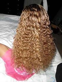 Волосы слегка сбрызгиваются водой
