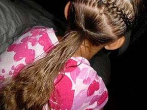 Нижняя часть волос собирается в тугой хвост, разделяется на 2-3 пряди, из которых скручиваются жгуты