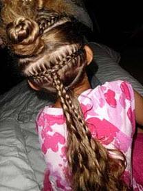 Из секции волос выше плетется французская коса наоборот