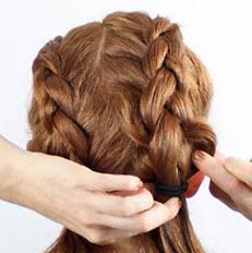 Все волосы разделяются на две части, каждая из которых заплетается в обратную французскую косу