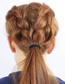 Две косы соединяются в общий хвост и фиксируются резинкой