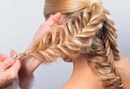 В левой косе пряди вытягиваются с двух сторон