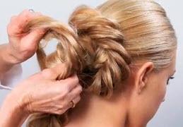 Центральная и правая косы скручиваются кольцами на затылке