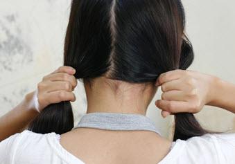 Волосы, разделенные на две равные части вертикальным пробором