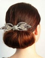 Прическа на длинные волосы с пучком и красивым аксессуаром