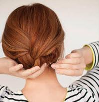 Верхняя коса, уложенная и подвернутая под нижнюю
