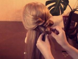 Маскировка резинки и формирование красивого изгиба косы
